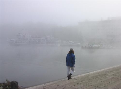 霧の阿寒湖の朝